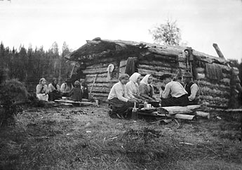 Haymakers having a lunch break at the Elimysjärvi meadow sauna in 1915. Photo: The National Board of Antiquities / Samuli Paulaharju