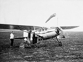 Aeroplane at Jäkäläpää air field. Photo: Viljo Mäkipuro, Gold Museum collections