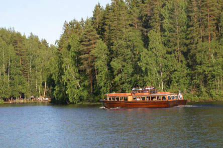 Golden Trail water bus at Kuutinlahti Bay. Photo: Lassi Kujala