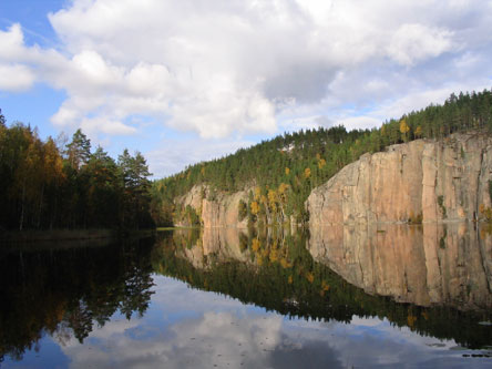 Olhavanvuori Rock streches out above Lake Olhavanlampi. Photo: Tuomo Häyrinen