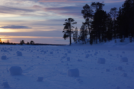 Nature miracles; readymade snowballs. Photo: Petteri Polojärvi
