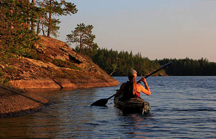 Canoeing in the maze of the Kodanovinen islands in the evening sun. Photo: Jouni Lehmonen