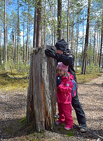 Hiking in Kylmäluoma with kids. Photo: Sirke Seppänen.