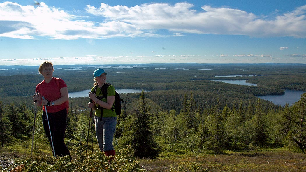 Hikers on Valtavaaran Huiputus Trail. Photo: Mylene van der Donk.