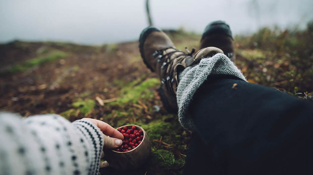 Lingonberries from a wood cup and relaxing in Rokua National Park. Photo: Eeva Mäkinen