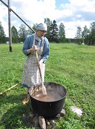 The activities of Korteniemi heritage day included the making of soap. Photo: Elina Nystedt.